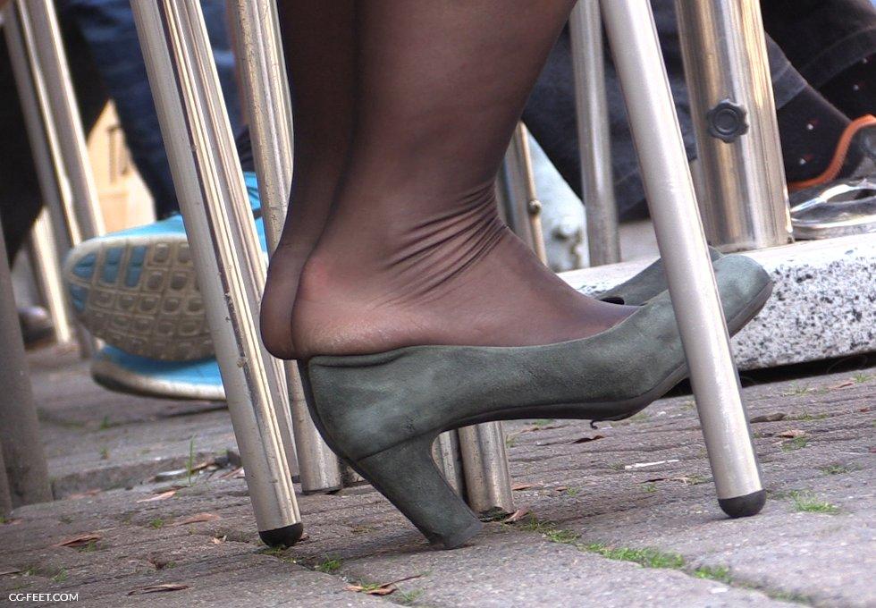 ozawa-shoeplay-in-pantyhose